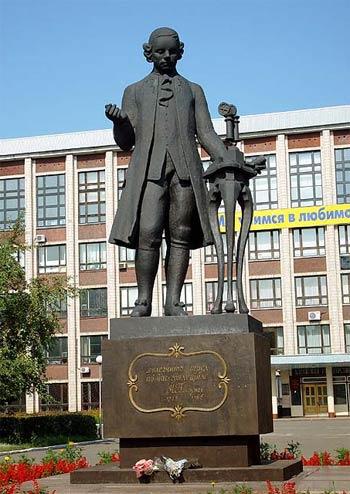 Памятник И. И. Ползунову напротив Алтайского государственного технического университета его имени, Барнаул